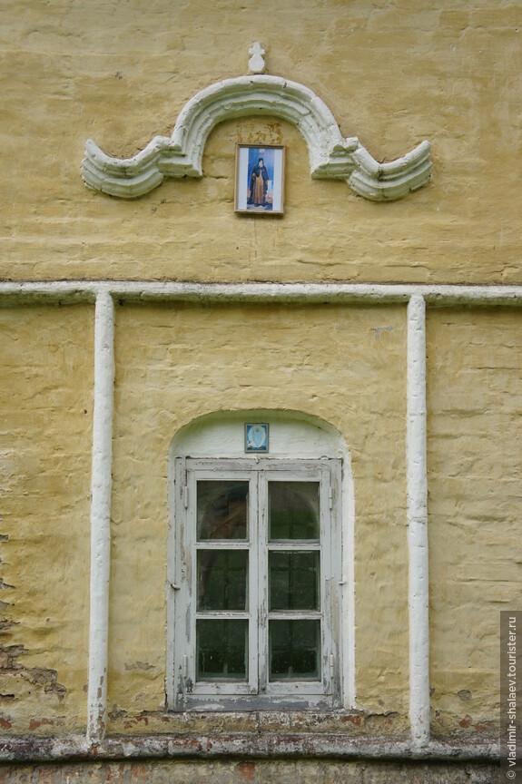 На окне,  рядом с которым под спудом пребывают мощи монаха Киприяна, висит иконка с его изображением.