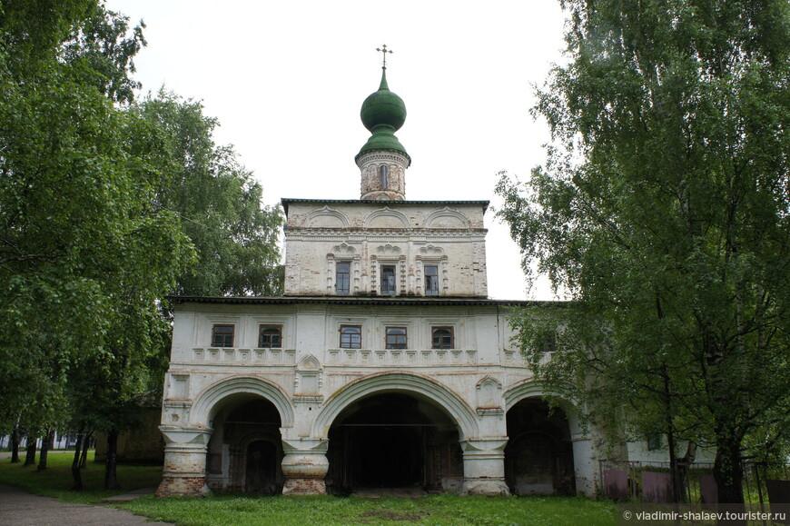 Живописная Владимирская надвратная церковь (1682 г.).