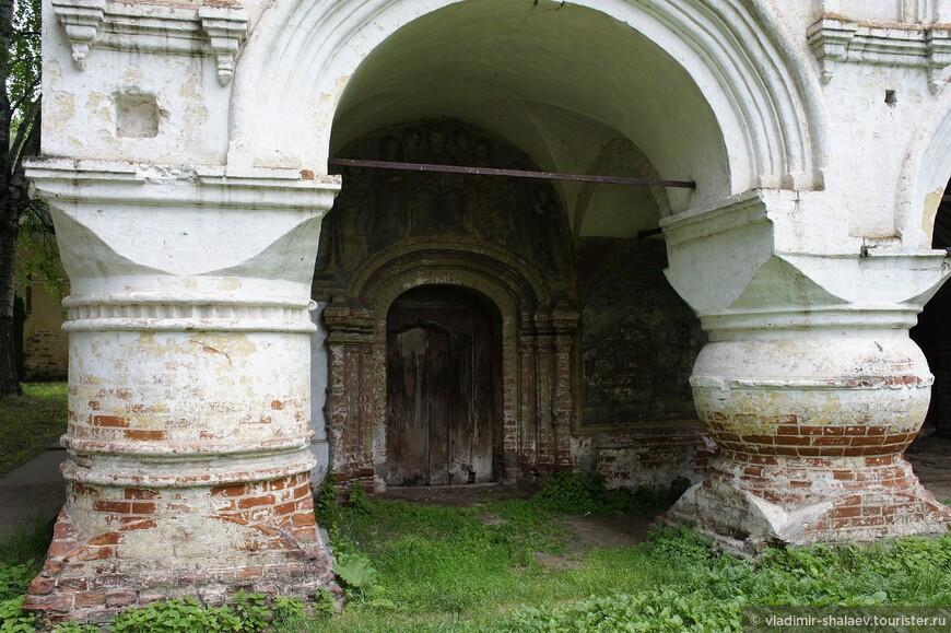 Здесь бросается в глаза разная форма колонн и сохранившиеся фрески на стенах в арке.