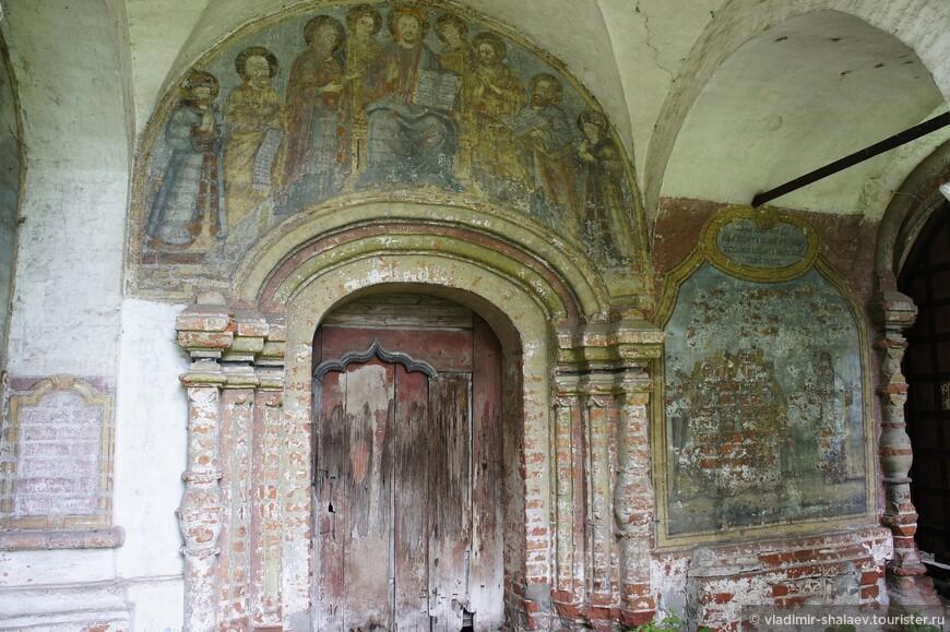 Роспись над дверью церкви.