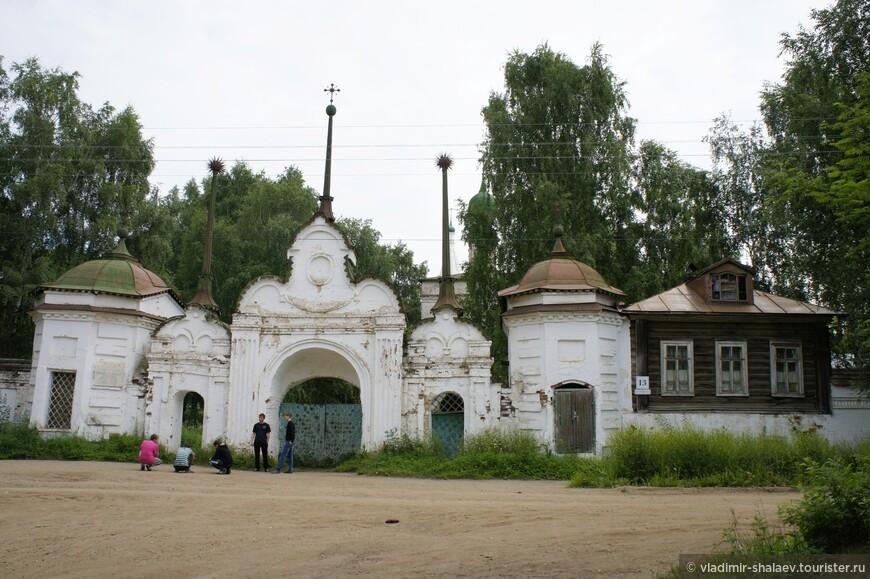 Недалеко от бывшего Спасо-Преображенского монастыря находится Михайло-Архангельский монастырь. Точная дата основания монастыря не известна. Самой ранней называют 1212 год. Его основал монах Киприян.