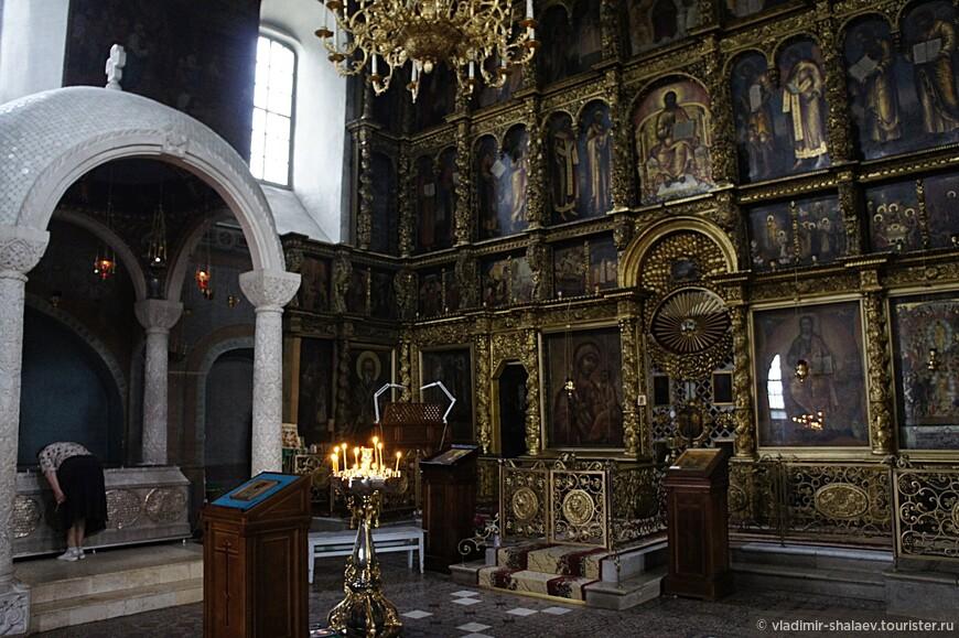 В интерьере Прокопьевского собора сохранился прекрасный золочёный резной пятиярусный иконостас, созданный в XVIII и рака Прокопия.