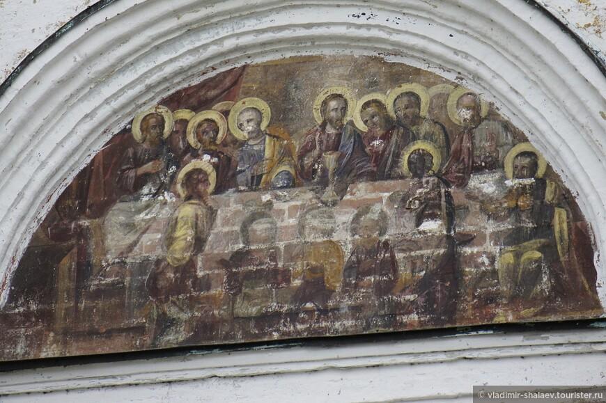 Настенная роспись на северной стороне.фасада здания.
