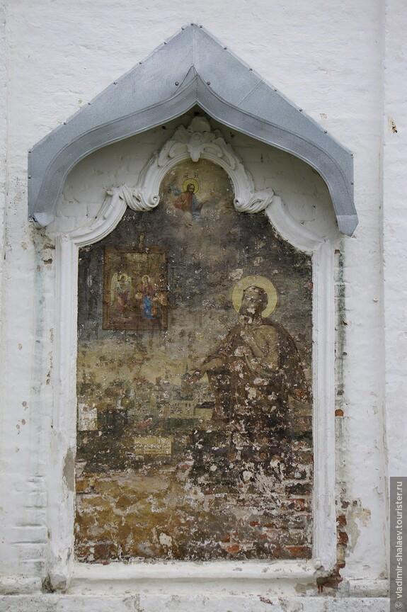 Плохо сохранившаяся роспись на западной стене.