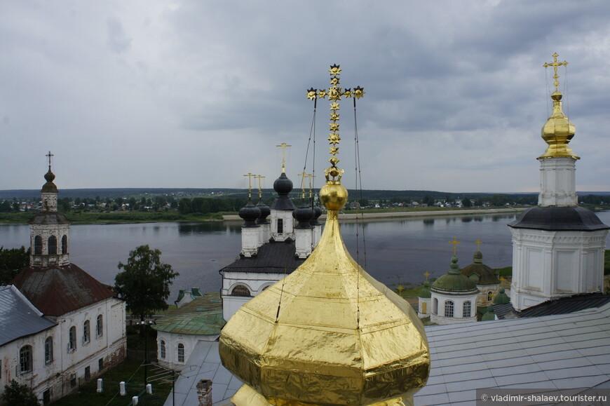 А с этой точки за куполами Успенского собора видны церковь Алексия, собор Прокопия Праведного и собор Иоанна Праведного, о которых я уже вкратце рассказал.