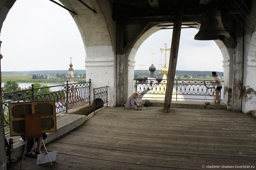 Смотровая площадка колокольни Успенского собора - излюбленное место местных художниц.