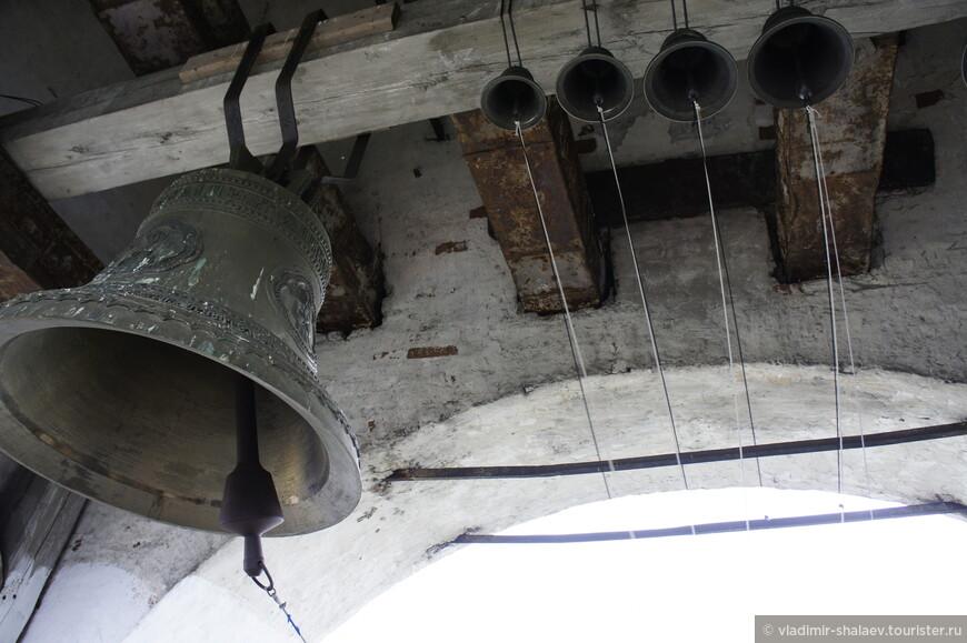 После закрытия Успенского собора в 1930 г. с колокольни были сброшены колокола, в том числе уникальный «Варлаам» весом более 1000 пудов, отлитый в Великом Устюге. В 1997 г. на соборную колокольню поднят первый колокол, а через десять лет – комплект ещё из 9 колоколов.
