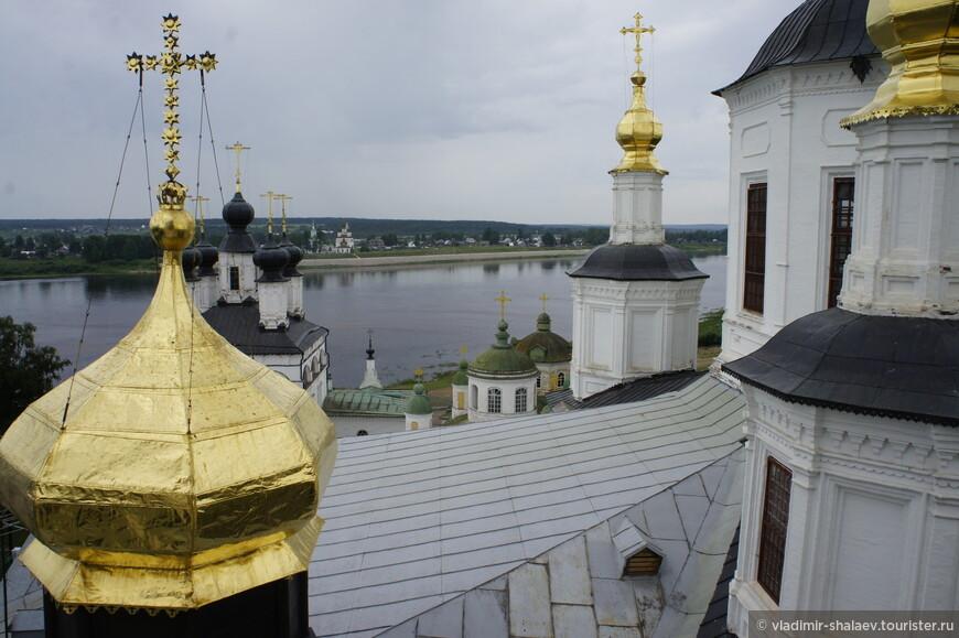 За рекой Сухона видна Дымковская слобода.
