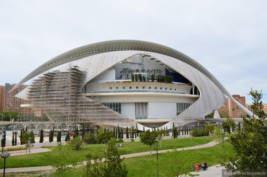 Признаюсь честно: летел в Валенсию именно с целью посетить этот знаменитый комплекс. Насмотрелся, начитался и ожидал увидеть чудо современной архитектуры. А на деле белоснежные    космические сооружения уже потеряли свой первозданный эстетический вид. Печально... Но эффект Wow! все-таки присутствует и здания в ближайшее время отреставрируют. А это El Palau de les Arts Reina Sofía — оперный театр и сцена для других театральных постановок.