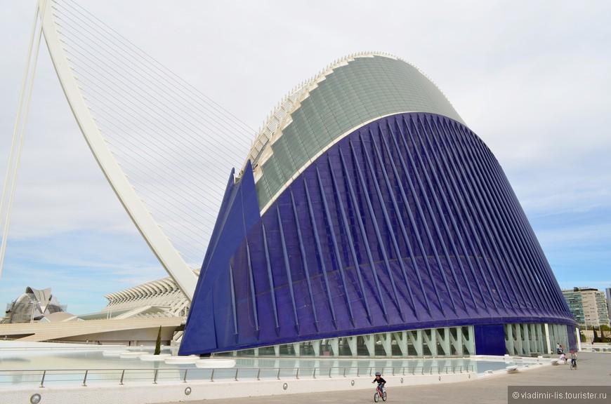 Àgora - многофункциональный центр для проведения спортивных и культурных мероприятий. Сооружение напоминает некое живое существо