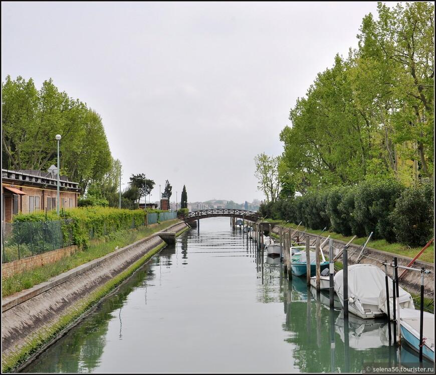 Переходим очередной канал, идя к собору  Святой Елены .