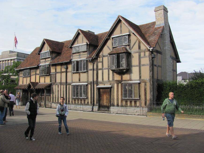 Здесь 23 апреля 1564 года в  доме на Хинли-стрит родился Уильям Шекспир.