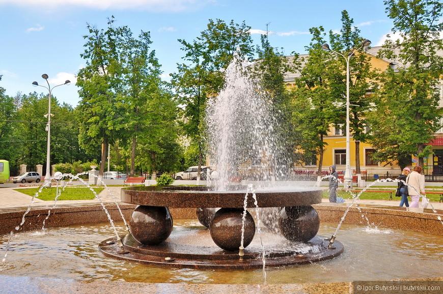 15. Красивый фонтан, мне нравится когда гранит полируется водой.