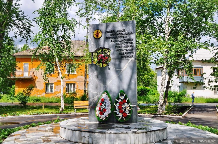 21. Памятник из 90-х, держится хорошо, намного лучше тех мемориалов, что делают сейчас.
