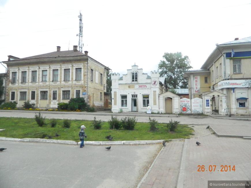 В городе много старинных двухэтажных зданий