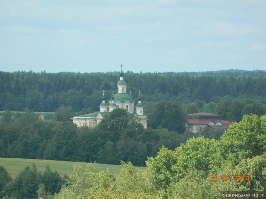 С колокольни виден главный храм Спасо-Суморина монастыря