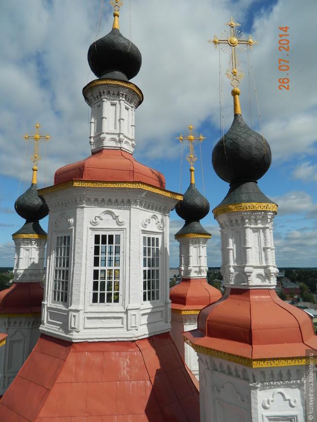Здесь также есть колокольня, с которой можно посмотреть город