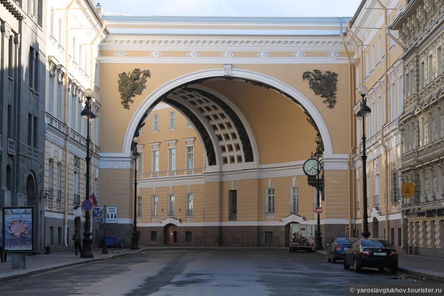 Самый интересный вход на площадь - через арку Главного штаба.