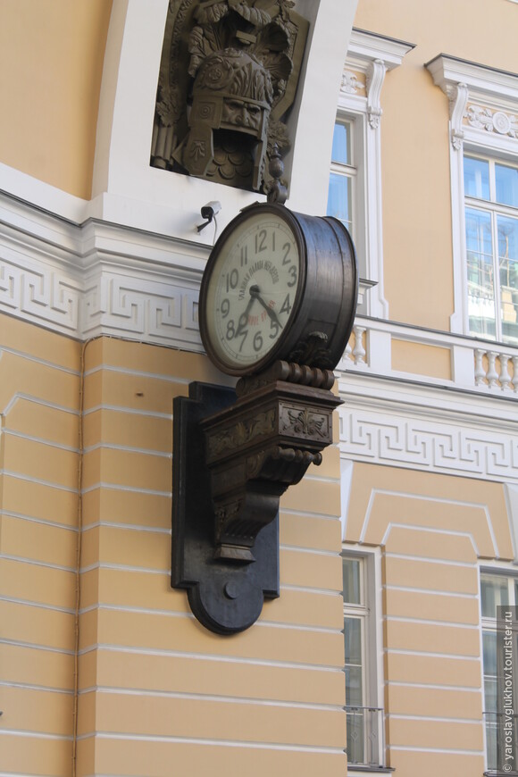 Часы Менделеева на арке Главштаба.