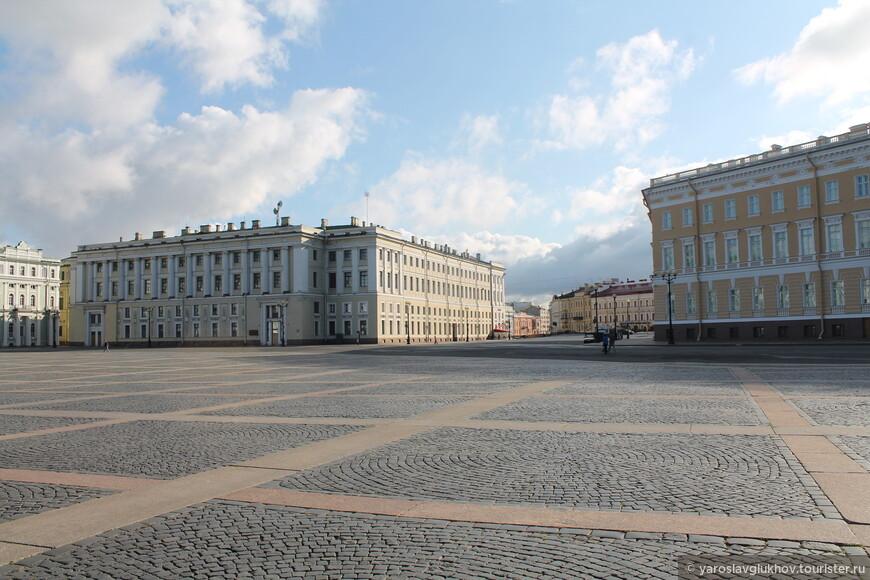 Слева — Штаб Гвардейского корпуса, по центру — Певческий мост, справа — Главный штаб.