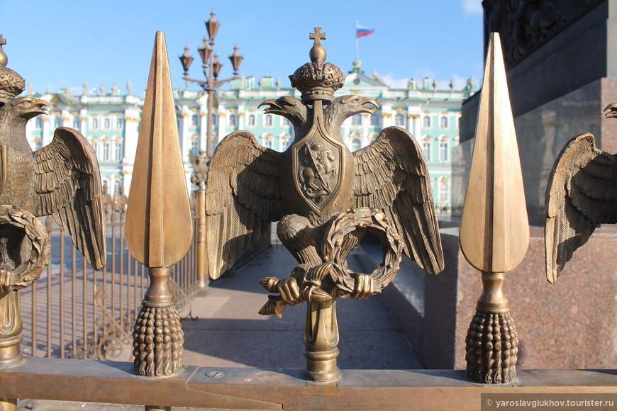 Двуглавые орлы на ограждении вокруг Александровской колонны.