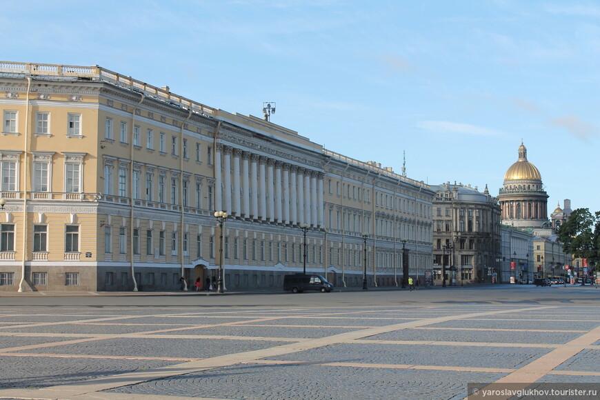 Здание Главштаба и Исаакиевский собор на заднем плане.