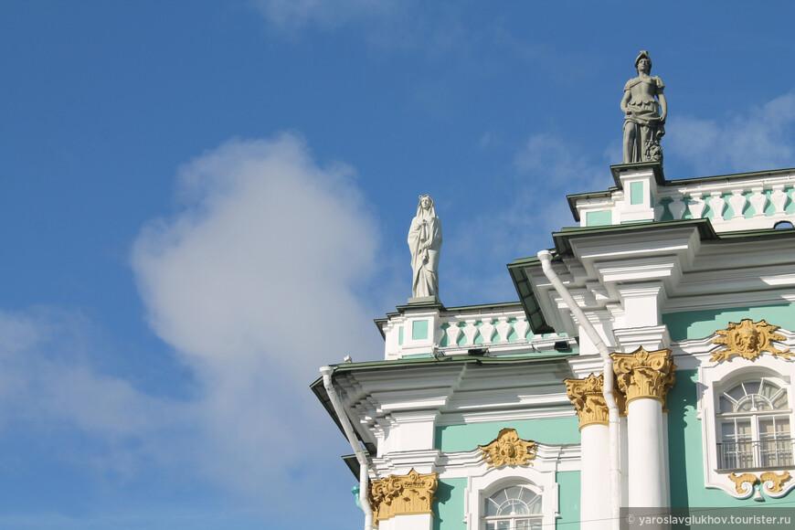 Скульптуры наверху Эрмитажа.