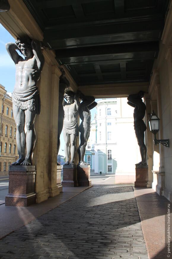 10 гигантских Атлантов украшают портик Нового Эрмитажа.