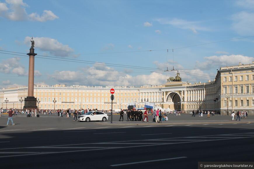 Вид на Дворцовую площадь с Дворцового проезда.