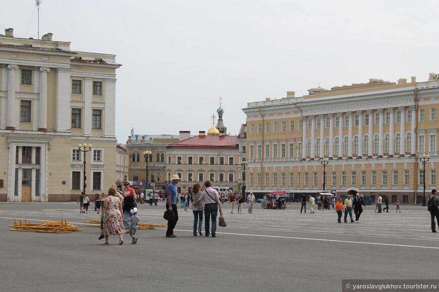 Если присмотреться, то с Дворцовой площади можно увидеть Спас-на-Крови.