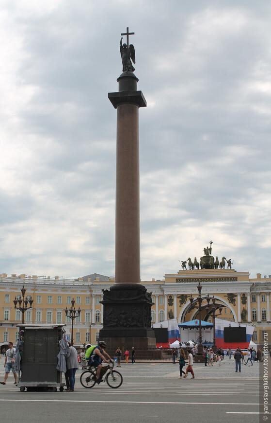 Александровская колонна и арка Главного штаба. Между ними — сцена ко Дню ВМФ.