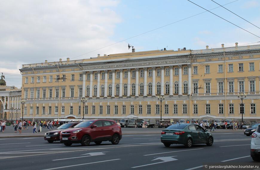 Вид на Главный штаб с Дворцового проезда.
