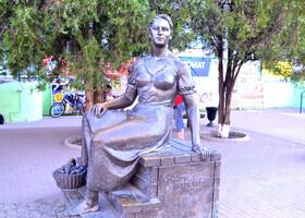 Памятник Нонне Мордюковой.В Ейске актрисса провела всю свою юность. Здесь училась музыке и отсюда уехала покорять Москву.