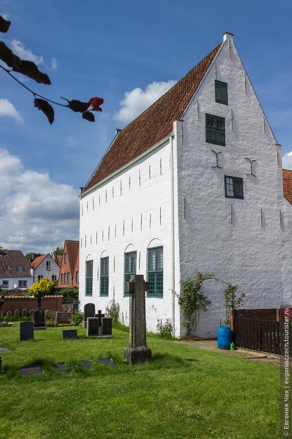 Менониты, католики, немецкие и датские лютеране, иудеи, и даже квакеры - все находили во Фридрихштадте приют, все конфессии в мире и дружбе жили.
