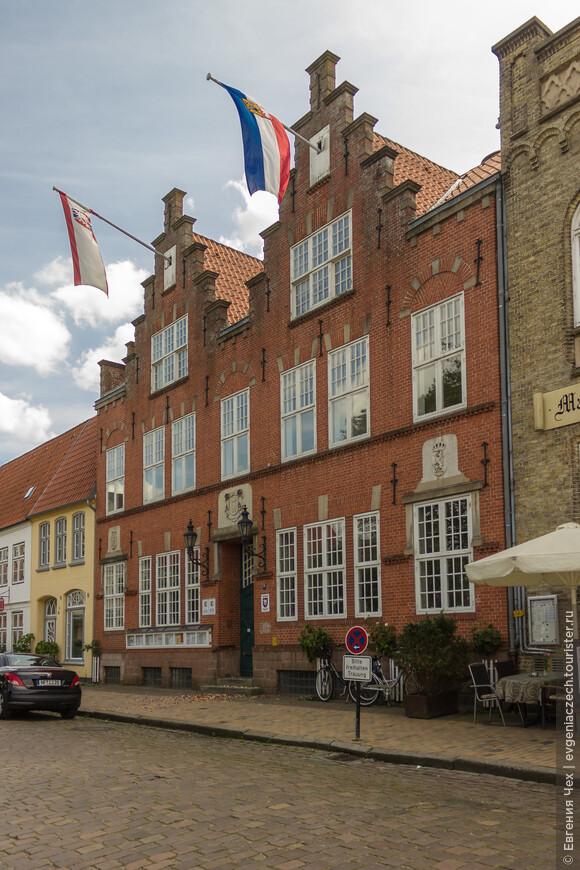 Здание ратуши, как и положено, в типичном голландском стиле