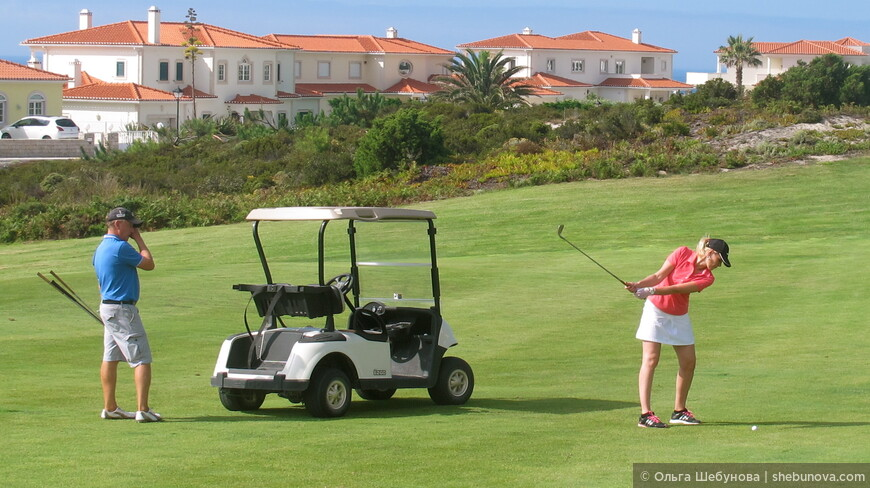 кроме сёрфинга на просторах Португалии можно встретить бескрайние поля для гольфа