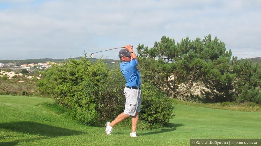 это профессиональный тренер из Англии Марк Педдер, у него можно взять уроки и сразиться с ним в партию в гольф