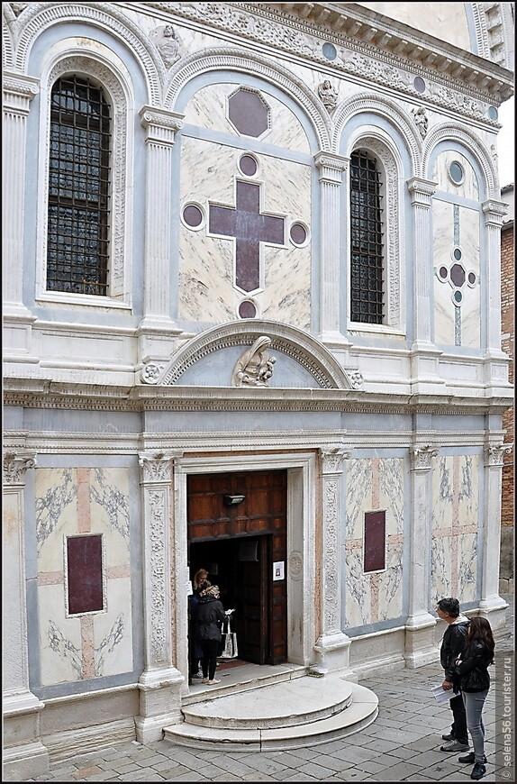 Редко в архитектурной постройке можно увидеть столько нежности и изящества. Резное мраморное здание и снаружи и внутри это - оправа и реликварий для одной единственной святыни -чудотворной иконы Девы Марии ,  освященная здесь в 1489году.  Базилика Санта-Мария деи Мираколи  является популярным местом венчаний. Нам тоже довелось увидеть этот обряд  в венецианском исполнении.