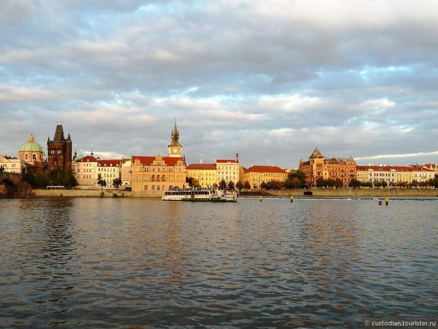 Правый берег Влтавы, слева Карлов мост, в его начале - Пороховые ворота, строительство которых началось в 1475 году.