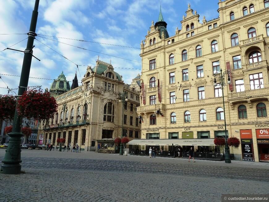 На пл.Республики. Отсюда лучше начинать знакомство со Старым городом. Правое здание (точнее часть здания справа) - отель Париж 5* (неоготика с элементами модерна)