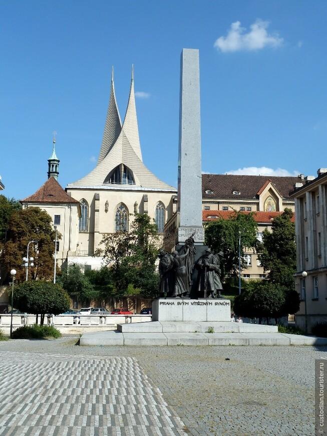 На Вышеградской улице Нового города Праги находится монастырь Эмаузы, основанный еще в 1347 году чешским королем и императором Священной Римской империи Карлом IV (подробнее http://czland.net/praga/dostoprimechatelnosti-pragi-istoriya-monastyrya-na-slovanax-emauzy.html)
