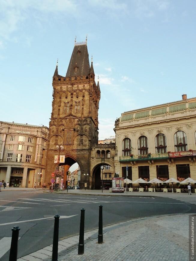 На пл.Республики. Пороховая башня - памятник архитектуры XV века.