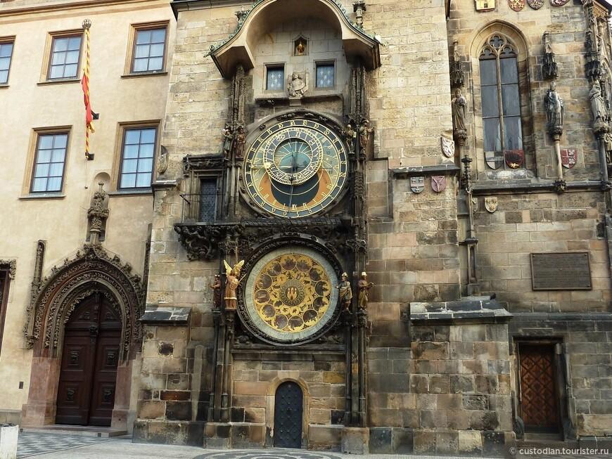 На южной стене ратуши находятся астрономические часы Орлой. В течение всего дня в начале каждого часа в верхней части часов разыгрывается представление.