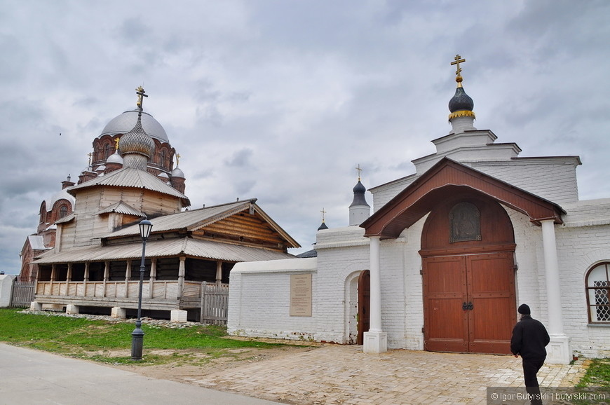 11. В городе несколько крупных религиозных объектов, есть и разрушенные церкви.