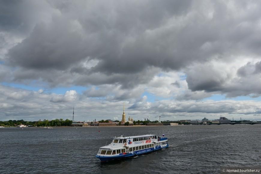 Летят облака, летят облака, как в мелких осколках лёд, и синь холодна, и синь далека, сквозит и холодом льнёт;
