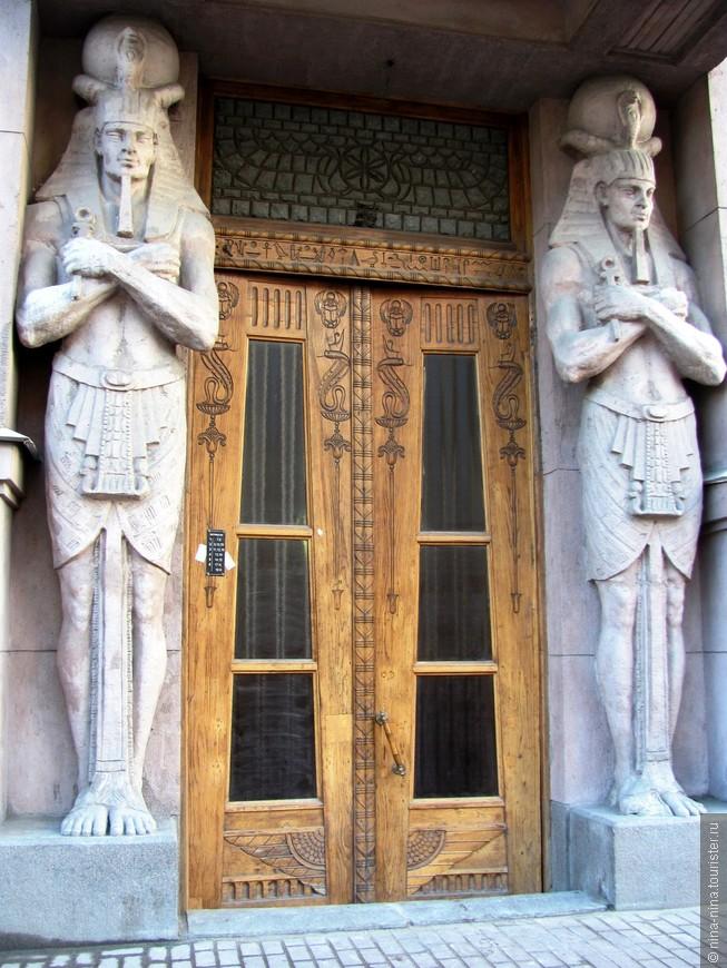 По сторонам подъезда возвышаются статуи бога солнца Ра, наподобие изваяний у гробниц египетских фараонов,
