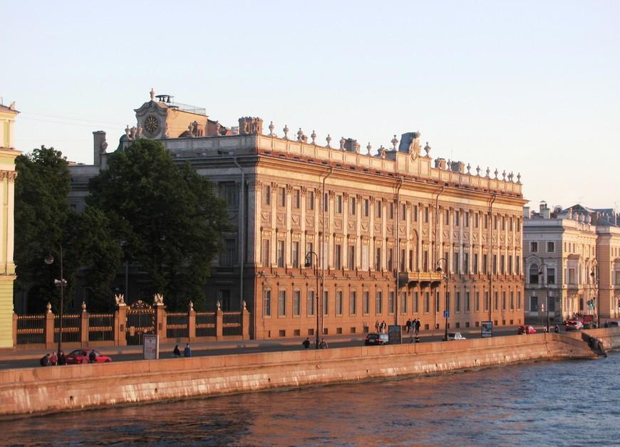 Мраморный дворец (1768-1785). Этот дворец - первое здание в Петербурге, фасады которого облицованы естественным камнем.. Архитектор А. Ринальди при строительстве использовал различные сорта мрамора, особенно эффектно смотрелся розово-красный тивдийский камень, но от времени он потускнел.