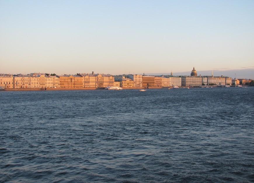 Вид на Дворцовую набережную с Троицкого моста