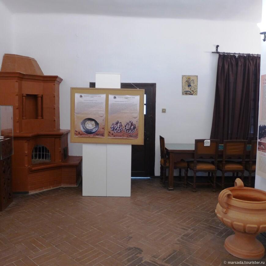 А мы всё же заходим во дворец. В наши дни дворец королевы Марии также центр культурной жизни Болгарии. Здесь каждые две недели открываются новые выставки, проводятся фестивали и творческие встречи.