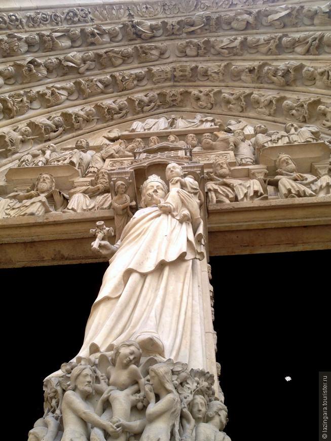 В средние века Нотр-Дам де Пари был Библией для не умеющих читать – вся история христианства от грехопадения до Страшного суда наглядно расписана в многочисленных скульптурах, украшающих здание.